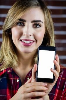 Mulher bonita loira mostrando a tela do smartphone