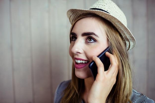 Mulher bonita loira no telefone