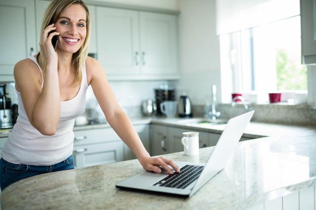 Mulher bonita loira olhando para laptop