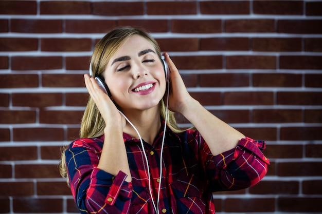 Mulher bonita loira ouvindo música