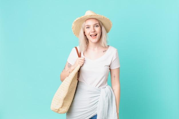 Mulher bonita loira parecendo feliz e agradavelmente surpresa. conceito de verão