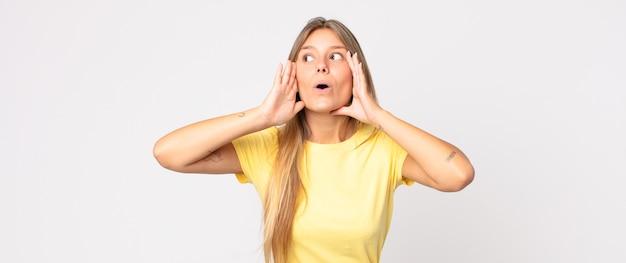 Mulher bonita loira se sentindo enojada, segurando o nariz para evitar cheirar um fedor desagradável Foto Premium