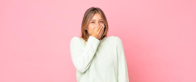 Mulher bonita loira se sentindo enojada, segurando o nariz para evitar cheirar um fedor desagradável