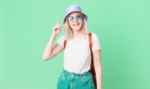 Mulher bonita loira se sentindo um gênio feliz e animado depois de perceber uma ideia. conceito de verão