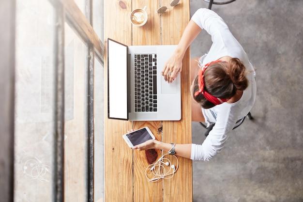 Mulher bonita loira sentada na vista de cima do café