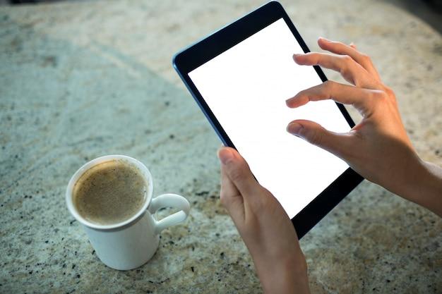 Mulher bonita loira usando computador tablet