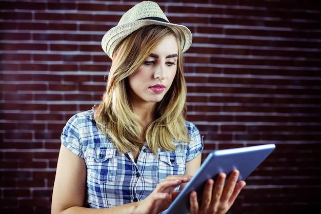 Mulher bonita loira usando tablet