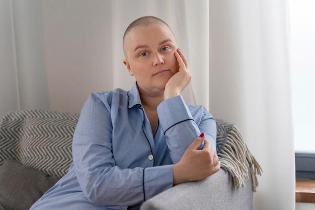Mulher bonita lutando contra o câncer de mama