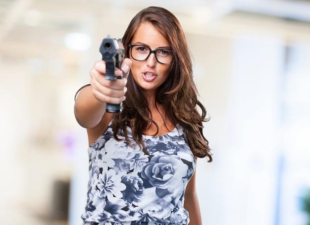 Mulher bonita mafia segurando uma arma