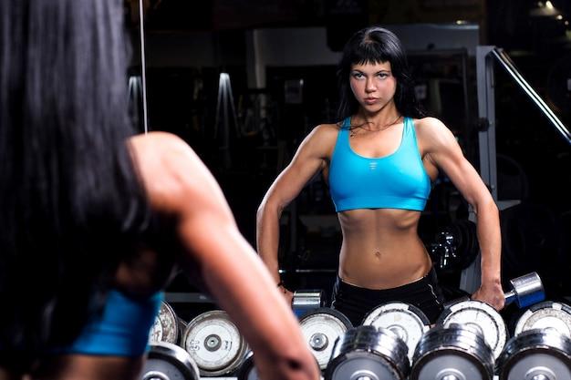Mulher bonita malhando em uma academia