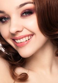 Mulher bonita menina noite maquiagem cabelo encaracolado