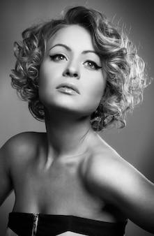 Mulher bonita, modelo, posar, em, elegante, vestido, em, a, estúdio