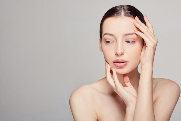 Mulher bonita modelo spa com pele limpa fresca perfeita