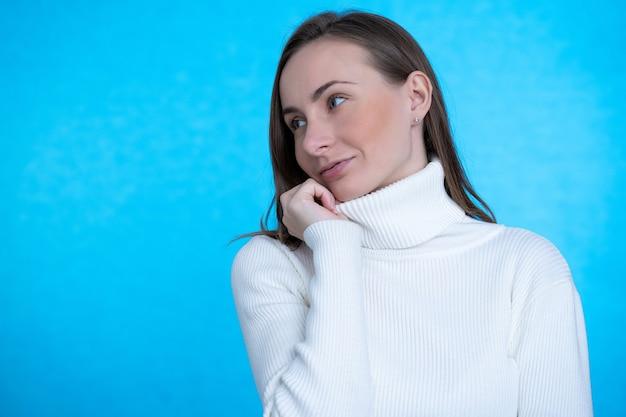 Mulher bonita morena usa roupas casuais da moda para namorar.