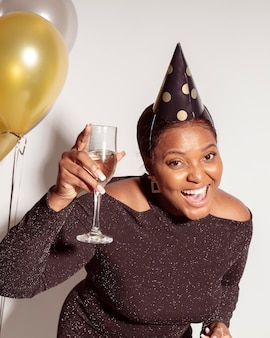 Mulher bonita mostrando sua taça de champanhe
