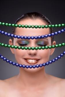 Mulher bonita mostrando suas jóias no conceito de moda