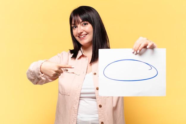 Mulher bonita mostrando uma folha de papel para comentários