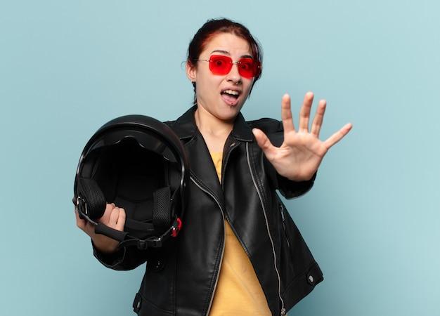 Mulher bonita motociclista com capacete de segurança