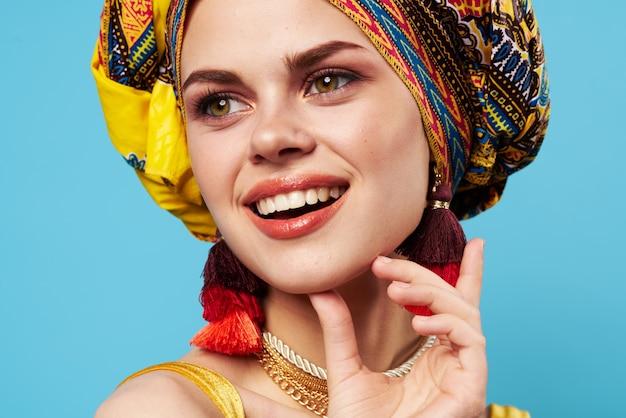 Mulher bonita multicolorida decoração de turbante close-up de moda