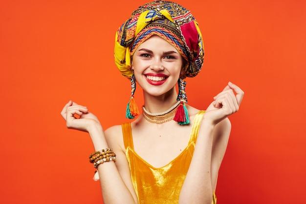 Mulher bonita multicolorida turbante decoração lábios vermelhos atraente olhar vermelho