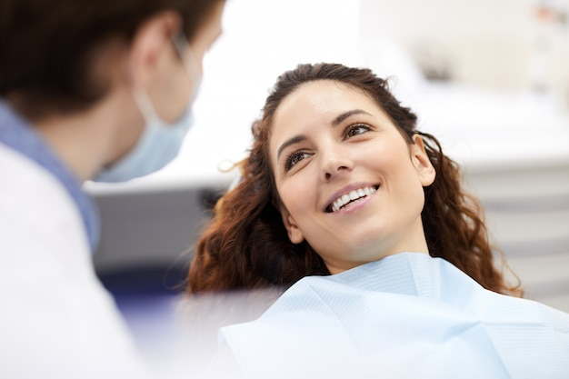 Mulher bonita na cadeira do dentista