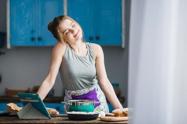 Mulher bonita na cozinha