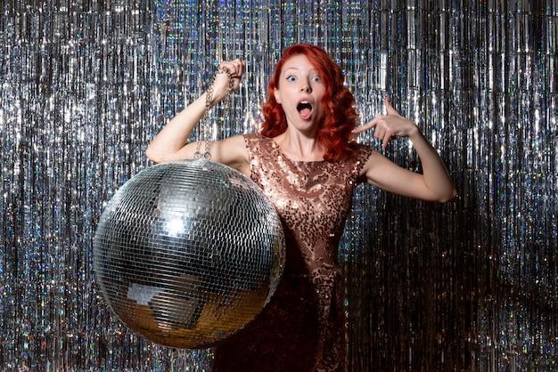 Mulher bonita na festa discoteca com bola de discoteca