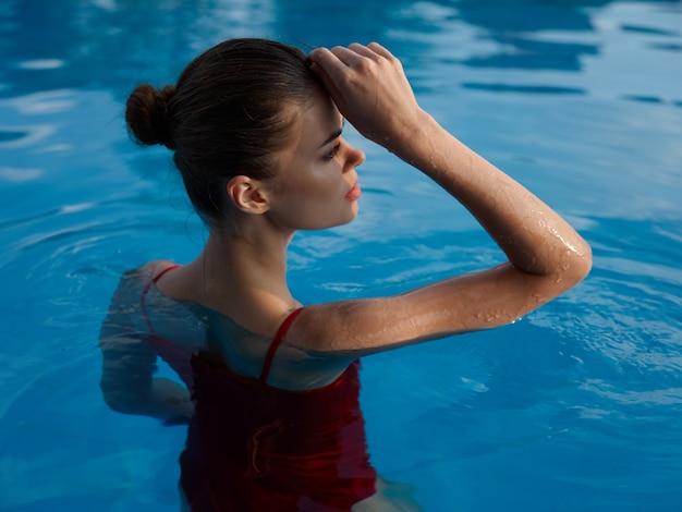 Mulher bonita na piscina maiô luxo glamour lazer