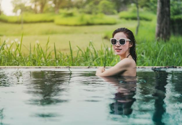 Mulher bonita na piscina