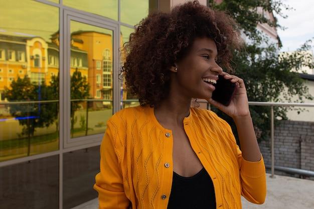 Mulher bonita na rua com seu telefone