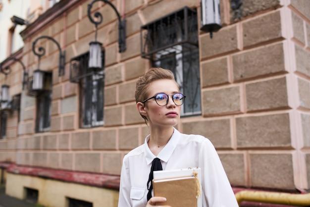 Mulher bonita na rua perto do prédio resto educação