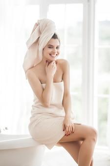 Mulher bonita na toalha após o banho