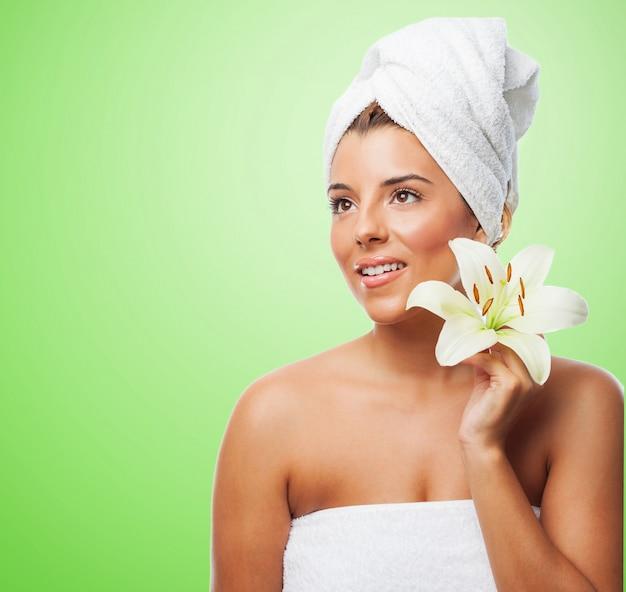 Mulher bonita na toalha com lírio