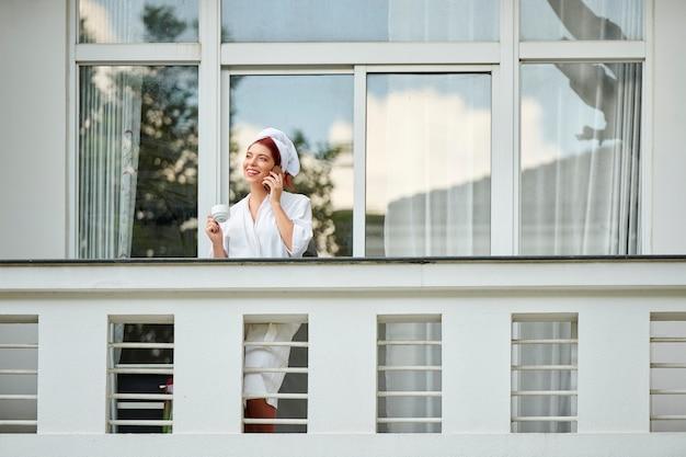 Mulher bonita na varanda do hotel