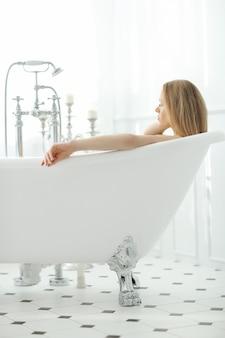Mulher bonita no banheiro