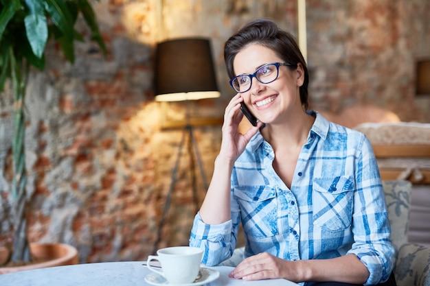Mulher bonita no café encantador