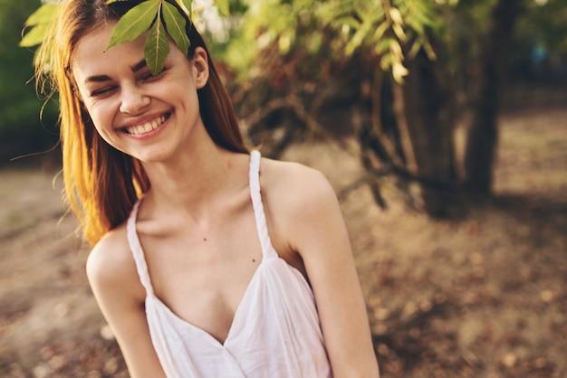 Mulher bonita no campo, natureza, árvores, folhas verdes