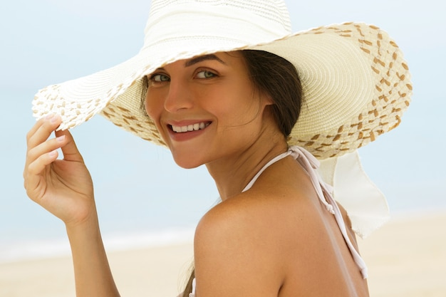 Mulher bonita no chapéu da praia