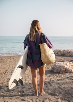 Mulher bonita no conceito de praia