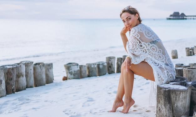 Mulher bonita no desgaste da nadada pelo oceano