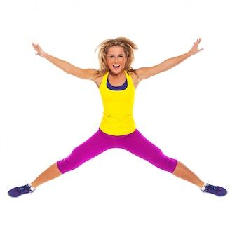 Mulher bonita no desgaste de fitness pulando