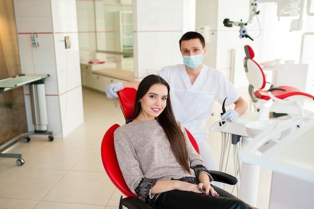 Mulher bonita no escritório do dentista
