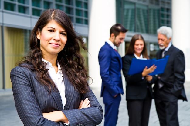 Mulher bonita no fundo de pessoas de negócios