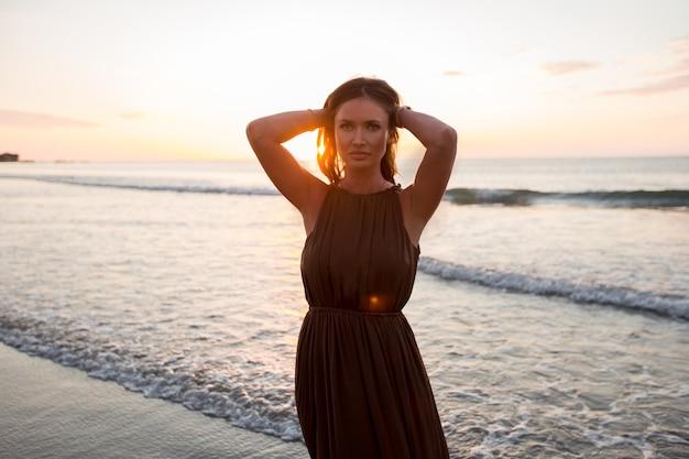 Mulher bonita no fundo do sol