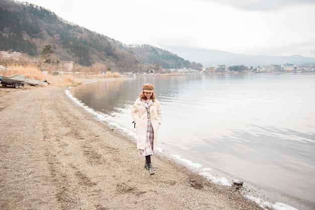 Mulher bonita no lago kawaguchiko, japão