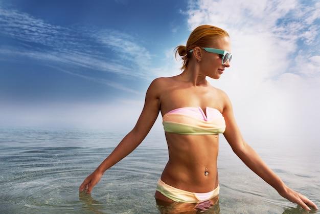 Mulher bonita no mar