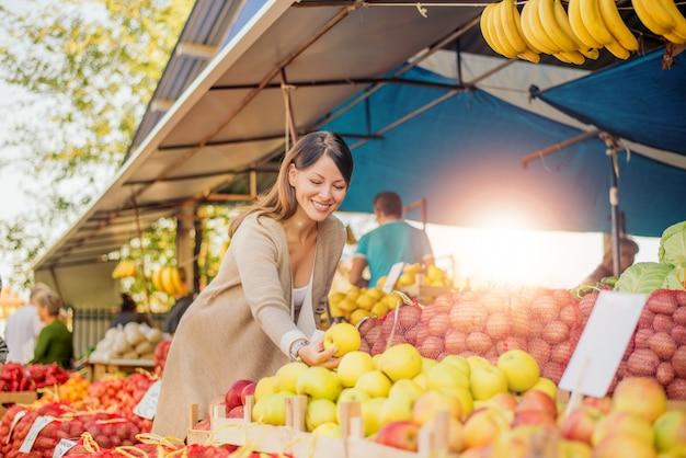 Mulher bonita no mercado dos fazendeiros