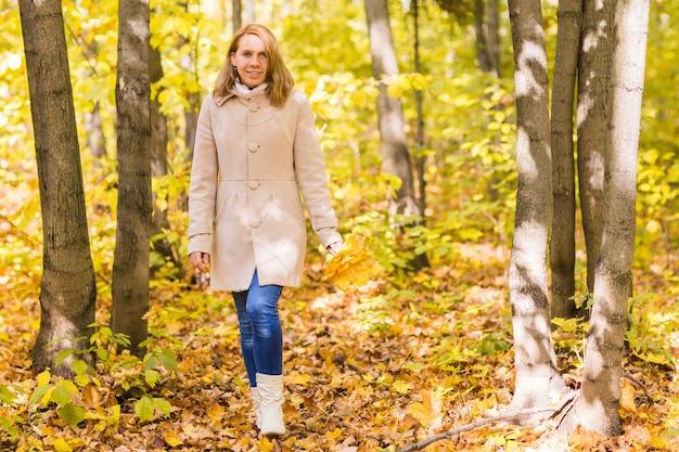 Mulher bonita no parque outono