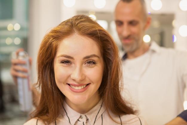 Mulher bonita no salão de beleza de cabelo