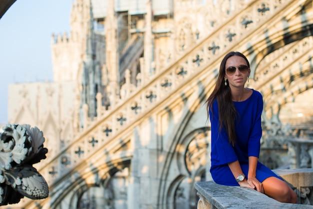 Mulher bonita no telhado do duomo, milão, itália